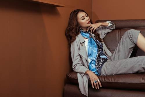 Siêu mẫu Thanh Hằng sang chảnh với muôn kiểu khăn thu - 8