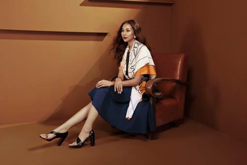 Siêu mẫu Thanh Hằng sang chảnh với muôn kiểu khăn thu - 2