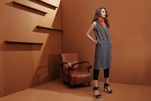 Siêu mẫu Thanh Hằng sang chảnh với muôn kiểu khăn thu - 4