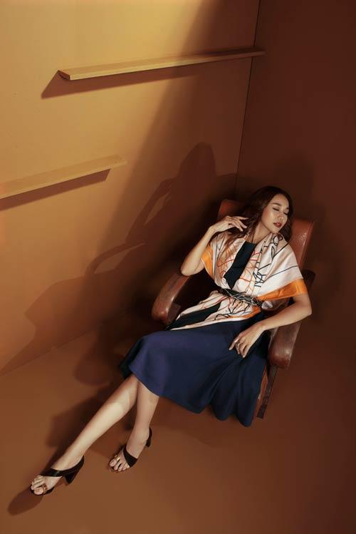 Siêu mẫu Thanh Hằng sang chảnh với muôn kiểu khăn thu - 1