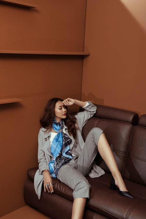 Siêu mẫu Thanh Hằng sang chảnh với muôn kiểu khăn thu - 7