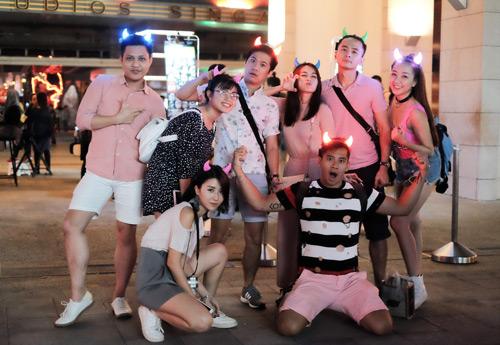 Văn Anh - Tú Vi cùng đoàn phim khám phá Singapore - 1