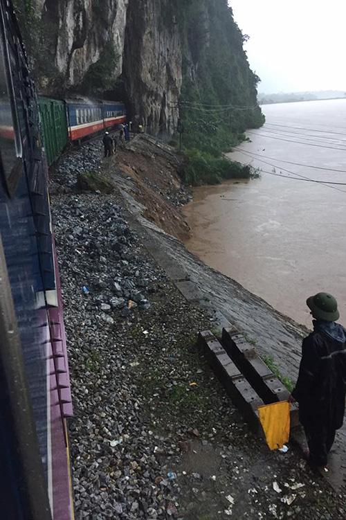 Tối nay, đường sắt Bắc-Nam thông tuyến sau 3 ngày bị lũ cô lập - 1