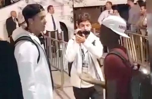 Đối thủ chờ 20 phút để được chụp hình cùng Ronaldo - 1