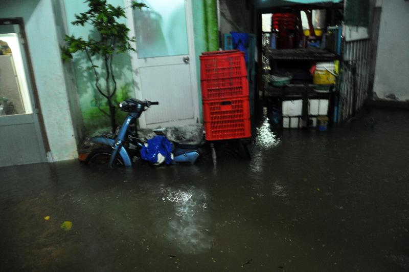"""Triều cường đạt đỉnh, người Sài Gòn """"xé"""" nước về nhà - 15"""