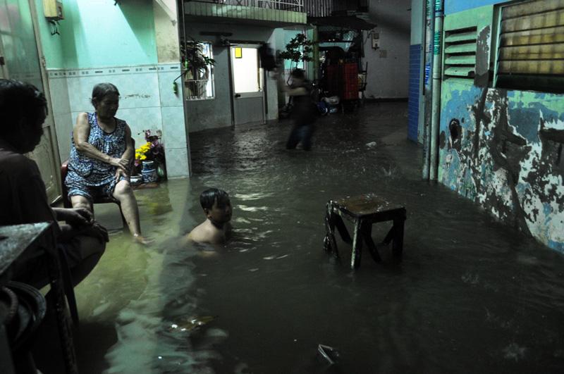 """Triều cường đạt đỉnh, người Sài Gòn """"xé"""" nước về nhà - 12"""