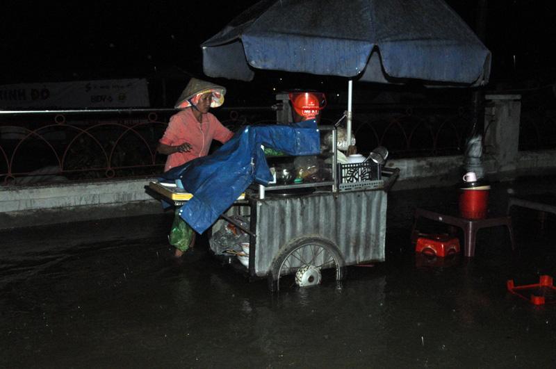 """Triều cường đạt đỉnh, người Sài Gòn """"xé"""" nước về nhà - 13"""