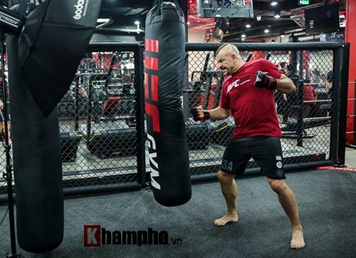 """2 kiều nữ Việt Nam """"hạ knock-out"""" huyền thoại UFC - 10"""