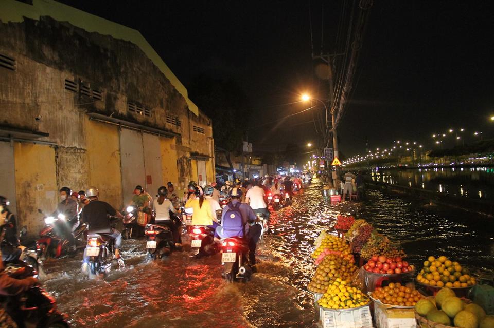 """Triều cường đạt đỉnh, người Sài Gòn """"xé"""" nước về nhà - 19"""