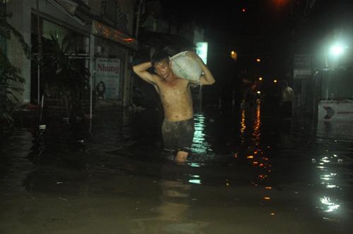 """Người Sài Gòn trắng đêm """"đắp đê"""" ngăn đỉnh triều - 1"""