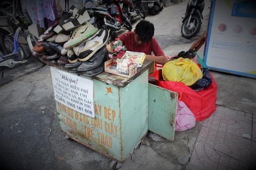 """Cậu bé sửa giày """"miễn phí"""" cho người nghèo ở Sài Gòn - 1"""