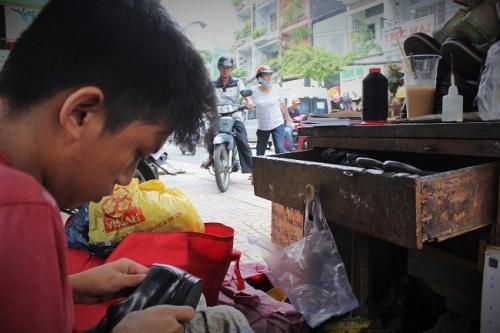 """Cậu bé sửa giày """"miễn phí"""" cho người nghèo ở Sài Gòn - 2"""