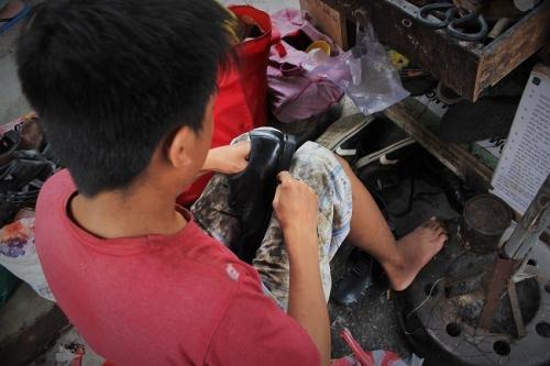 """Cậu bé sửa giày """"miễn phí"""" cho người nghèo ở Sài Gòn - 3"""