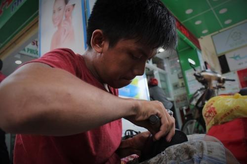 """Cậu bé sửa giày """"miễn phí"""" cho người nghèo ở Sài Gòn - 5"""