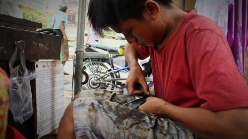"""Cậu bé sửa giày """"miễn phí"""" cho người nghèo ở Sài Gòn - 6"""