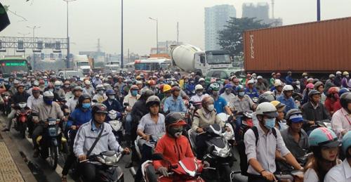 TPHCM: Xe bồn đâm dải phân cách, xa lộ Hà Nội kẹt cứng - 2