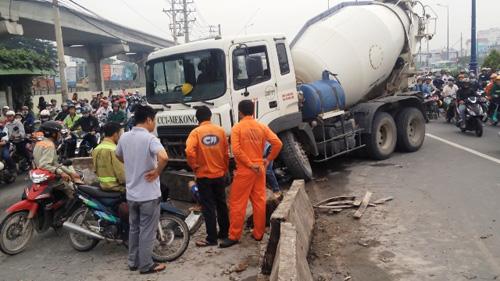 TPHCM: Xe bồn đâm dải phân cách, xa lộ Hà Nội kẹt cứng - 1