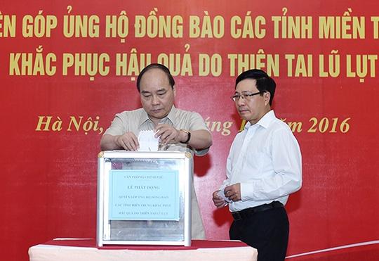 Thủ tướng, Phó Thủ tướng quyên góp ủng hộ đồng bào miền Trung - 1