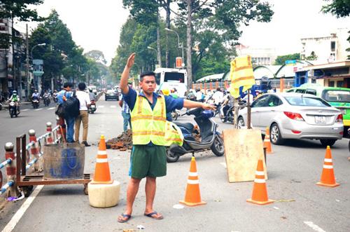 """""""Hố tử thần"""" sâu 2m xuất hiện trên phố Sài Gòn - 2"""