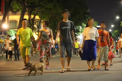Hết hồn cảnh chó thả rông dọa cắn người ở phố đi bộ HN - 4