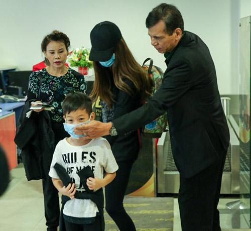 Hà Hồ đưa con trai về quê Quảng Bình cứu trợ dân vùng lũ - 1