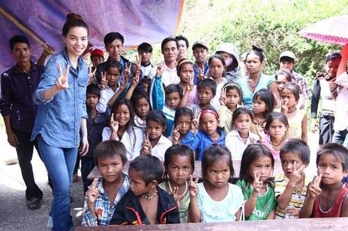 Hà Hồ đưa con trai về quê Quảng Bình cứu trợ dân vùng lũ - 4