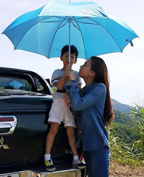 Hà Hồ đưa con trai về quê Quảng Bình cứu trợ dân vùng lũ - 5
