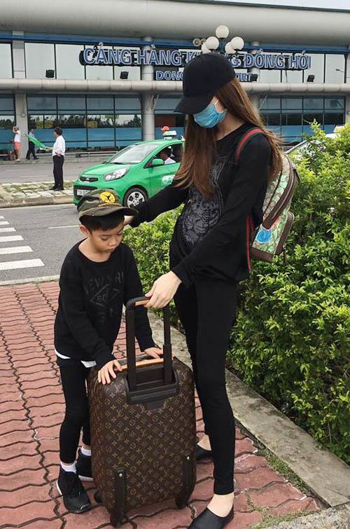 Hà Hồ đưa con trai về quê Quảng Bình cứu trợ dân vùng lũ - 3
