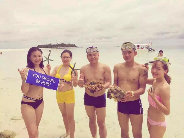 Du khách TQ bị tố bẻ san hô chụp ảnh ở bãi biển Malaysia - 2
