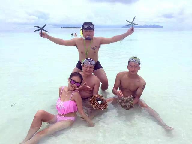 Du khách TQ bị tố bẻ san hô chụp ảnh ở bãi biển Malaysia - 1