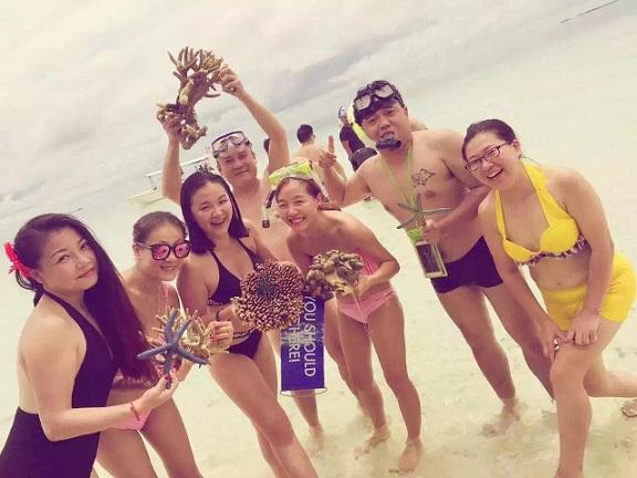 Du khách TQ bị tố bẻ san hô chụp ảnh ở bãi biển Malaysia - 4