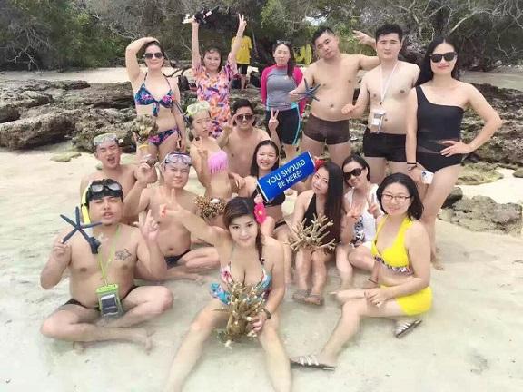 Du khách TQ bị tố bẻ san hô chụp ảnh ở bãi biển Malaysia - 3