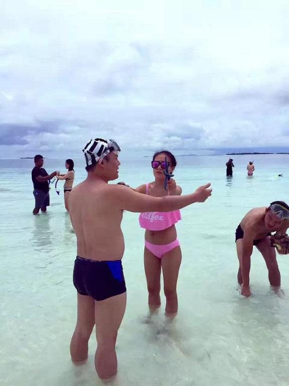 Du khách TQ bị tố bẻ san hô chụp ảnh ở bãi biển Malaysia - 6