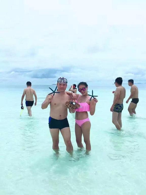 Du khách TQ bị tố bẻ san hô chụp ảnh ở bãi biển Malaysia - 5