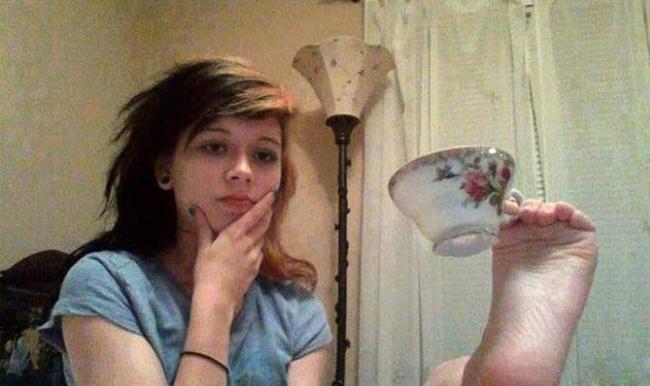 Uống trà bằng chân là phong cách mới đấy!