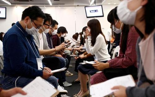Hàng trăm thanh niên Nhật phải đeo khẩu trang để hẹn hò - 1