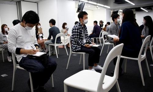 Hàng trăm thanh niên Nhật phải đeo khẩu trang để hẹn hò - 4