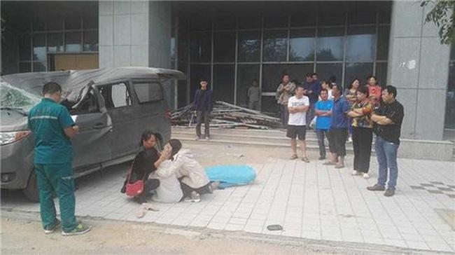 Nhảy từ tầng 20 đè chết thảm người ngồi trong ô tô - 4