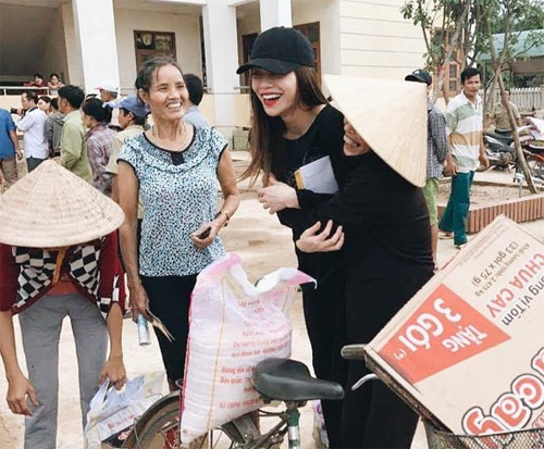Bà con vùng lũ Quảng Bình xúc động ôm chặt Hà Hồ - 2