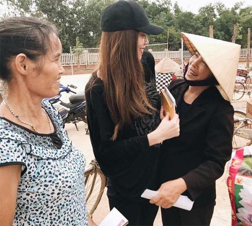 Bà con vùng lũ Quảng Bình xúc động ôm chặt Hà Hồ - 3
