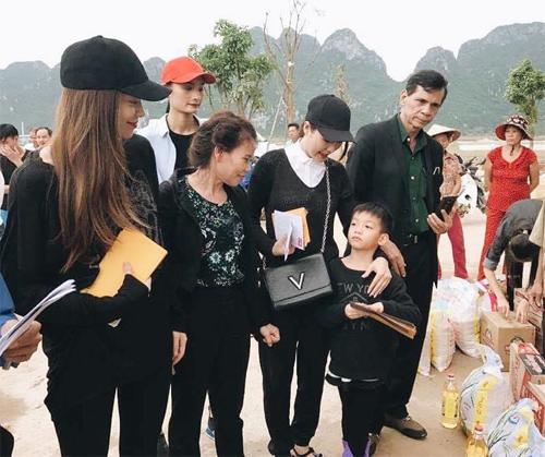 Bà con vùng lũ Quảng Bình xúc động ôm chặt Hà Hồ - 4