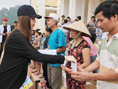 Bà con vùng lũ Quảng Bình xúc động ôm chặt Hà Hồ - 6