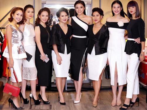 Các MC xinh đẹp của VTV gây chú ý nơi đông người - 1