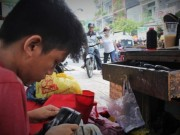 """Bạn trẻ - Cuộc sống - Cậu bé sửa giày """"miễn phí"""" cho người nghèo ở Sài Gòn"""