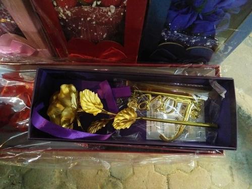 Qùa tặng 20/10: Hoa hồng dát vàng giá bình dân liên tục cháy hàng - 3