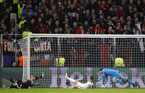 Cứu thua kinh điển: Thủ môn Tottenham được ví là bạch tuộc - 1