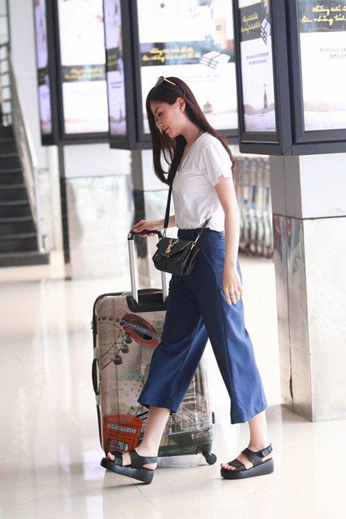 """Hễ ra sân bay, hoa - á hậu Việt lại mặc """"chất"""" thế này - 7"""