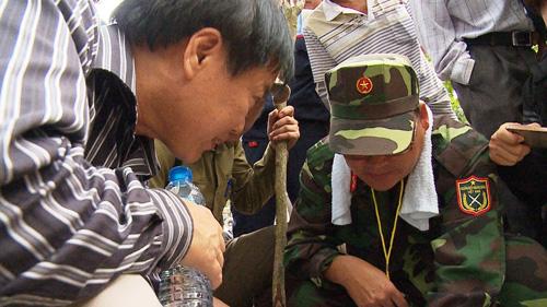 Hàng trăm người băng rừng tiếp cận nơi nghi trực thăng rơi - 3