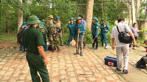 Hàng trăm người băng rừng tiếp cận nơi nghi trực thăng rơi - 2