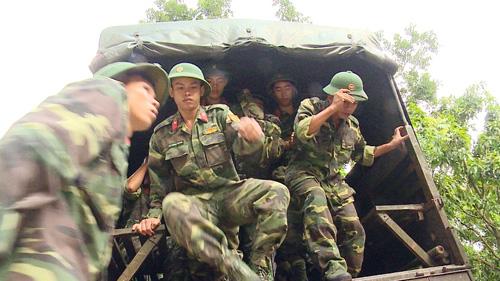 Hàng trăm người băng rừng tiếp cận nơi nghi trực thăng rơi - 1